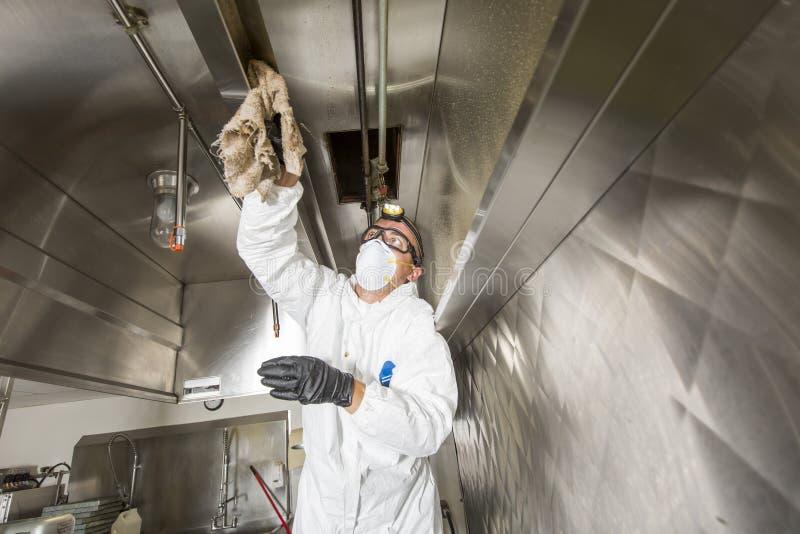 Handlowy kuchenny pracownik myje up przy zlew w fachowej kuchni obraz royalty free