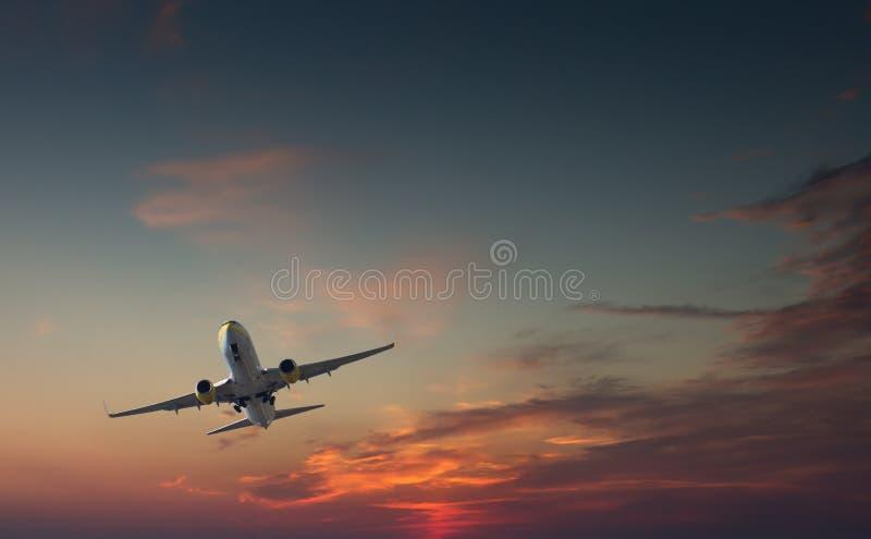 Handlowy samolot bierze daleko lub ląduje - z desantowej przekładni brzęczeniami zdjęcie stock