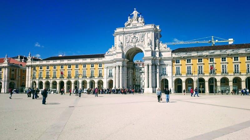 Handlu kwadrat z zaludnia przeciw niebieskiemu niebu, Lisbon, 13 2018 marsz zdjęcie royalty free