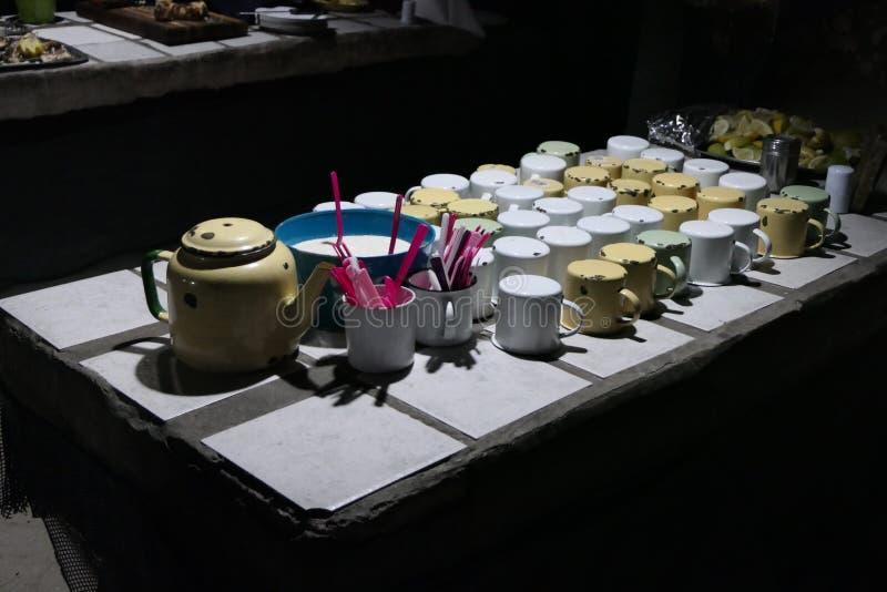handluje porcelany świeżego porcelanowe truskawek herbatę razem zdjęcie royalty free