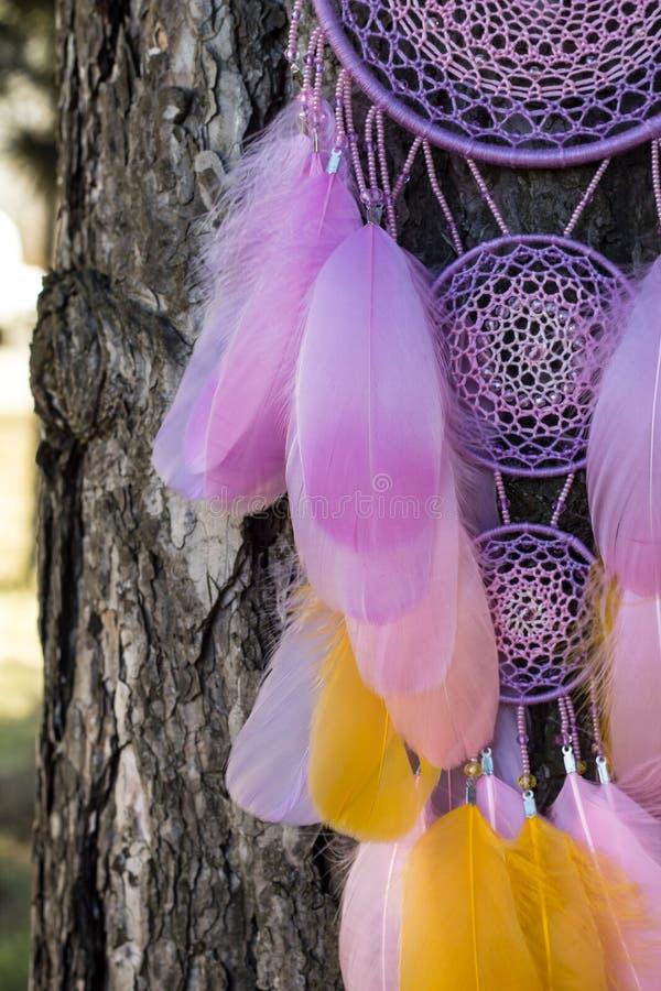 Handmade мечт улавливатель с потоками пер и шарики rope смертная казнь через повешение стоковые изображения