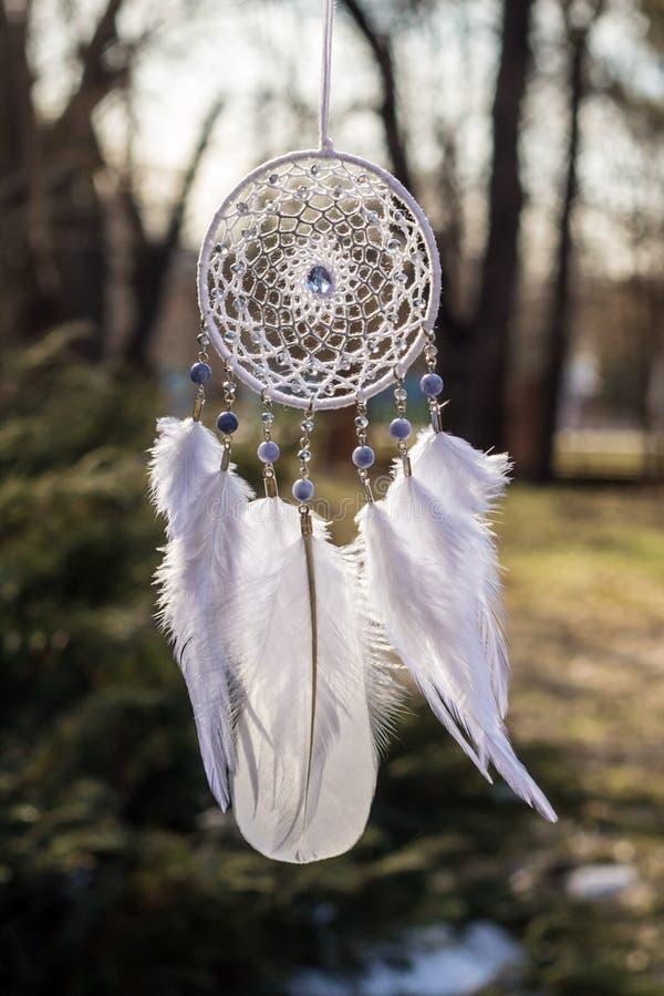 Handmade мечт улавливатель с потоками пер и шарики rope смертная казнь через повешение стоковое изображение