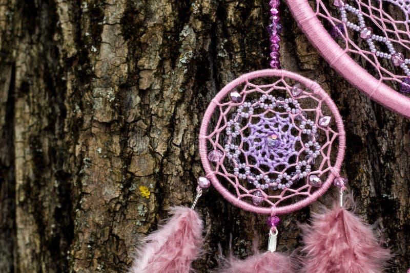 Handmade мечт улавливатель с потоками пер и шарики rope смертная казнь через повешение стоковые фото