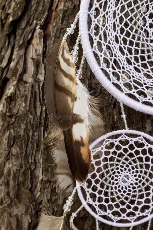 Handmade мечт улавливатель с потоками пер и шарики rope смертная казнь через повешение стоковая фотография rf