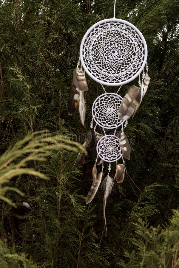 Handmade мечт улавливатель с потоками пер и шарики rope смертная казнь через повешение стоковое изображение rf