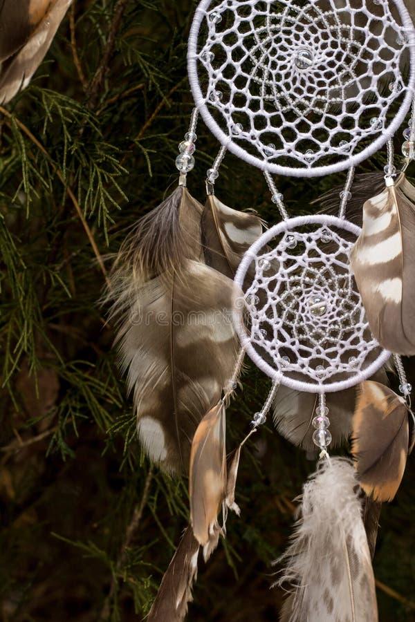 Handmade мечт улавливатель с потоками пер и шарики rope смертная казнь через повешение стоковое фото