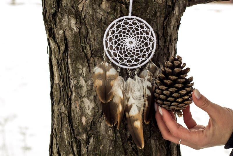 Handmade мечт улавливатель с потоками пер и шарики rope смертная казнь через повешение стоковые фотографии rf