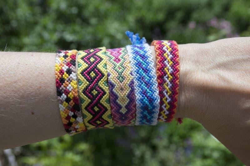 Handmade браслет сплетенный приятельством на руке, красочные ювелирные изделия cheep стоковое фото rf