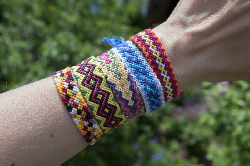 Handmade браслет сплетенный приятельством на руке, красочные ювелирные изделия cheep стоковые фотографии rf