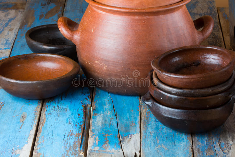Handmade блюда глины на деревянной старой предпосылке стоковые фотографии rf