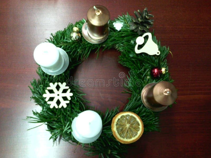 Handmade венок пришествия с золотом и белыми свечами стоковое изображение