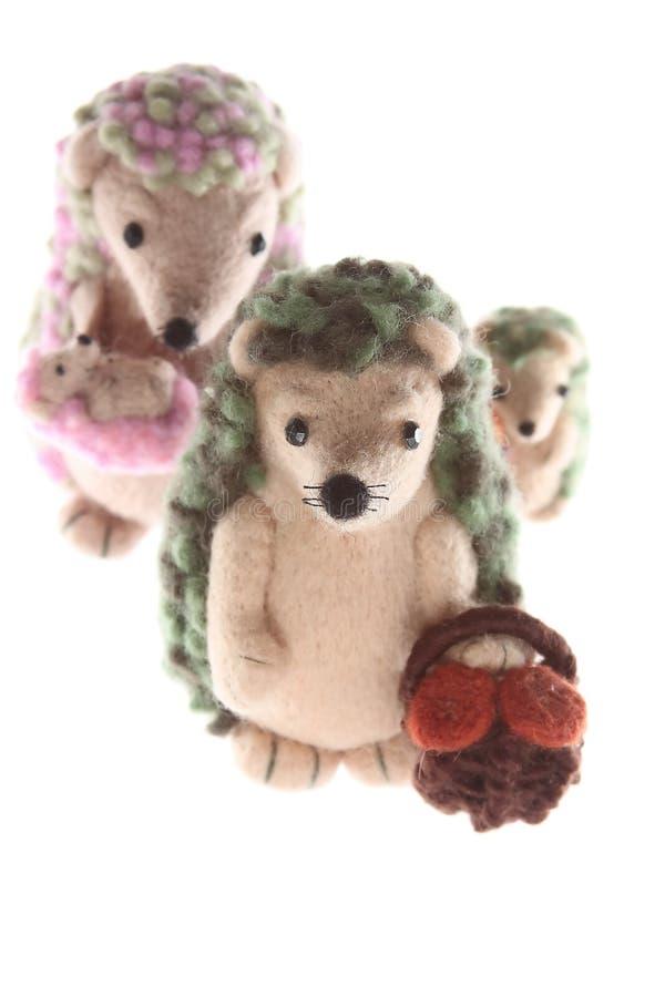 Handmade вертикаль семьи игрушки hedgehog стоковая фотография rf