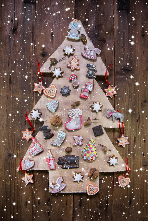 Handmade высекаенная рождественская елка украшенная с пряником, звездами стоковые фото