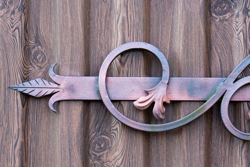 Handmade декоративная вковка в форме стрелки на поверхности металла стоковые изображения