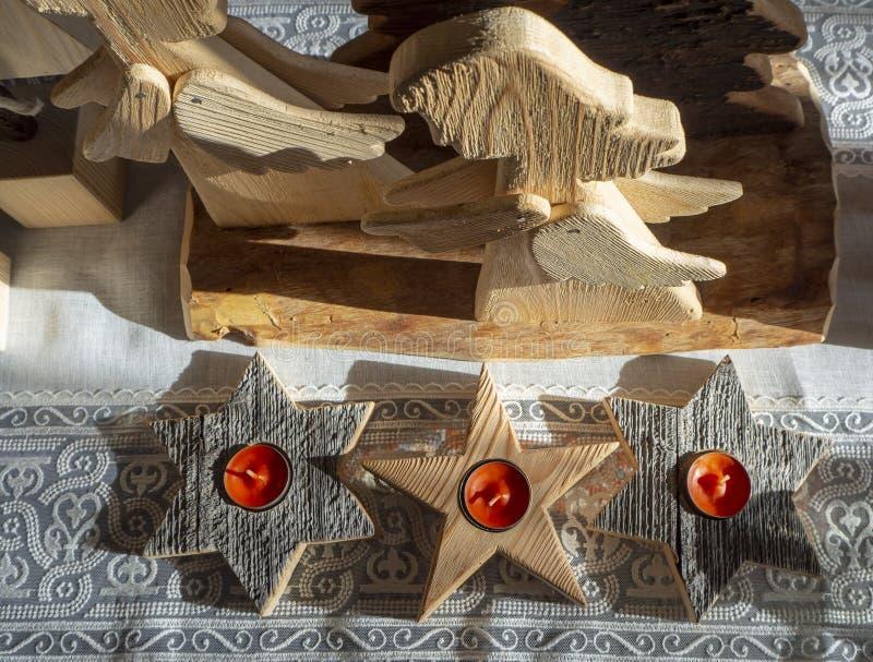 Handmade деревянные звезды с свечой в центре стоковое изображение rf