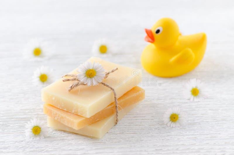 Handmade естественное мыло младенца с цветками стоцвета и утка забавляются стоковое фото rf