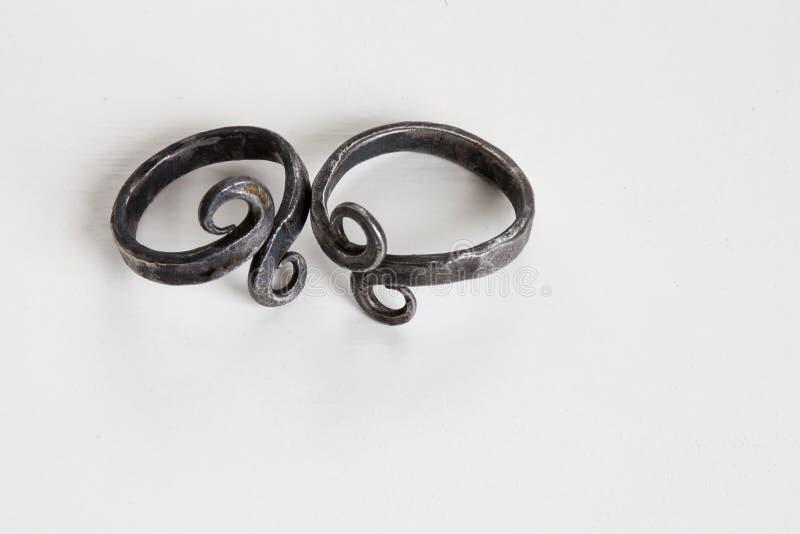 Handmade железные винтажные кольца с символом безграничности - селективным фокусом/малой глубиной поля стоковые фото