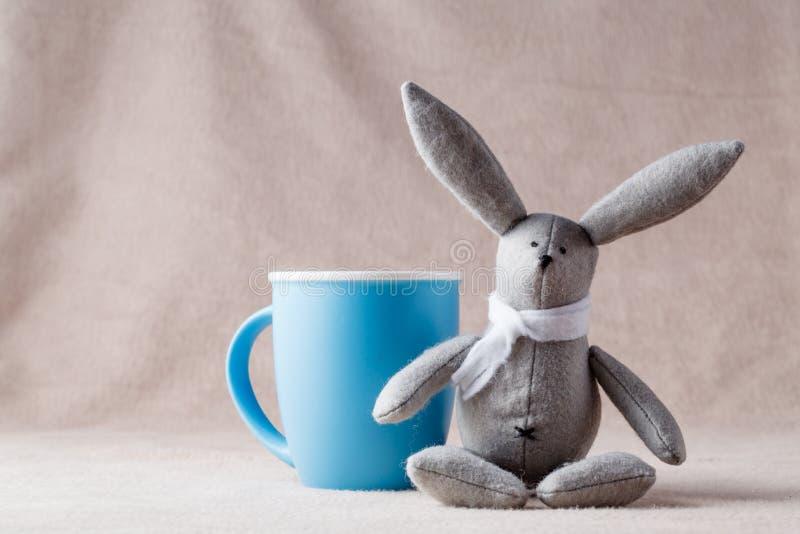 Handmade зайчик на мягкой предпосылке стоковое изображение rf