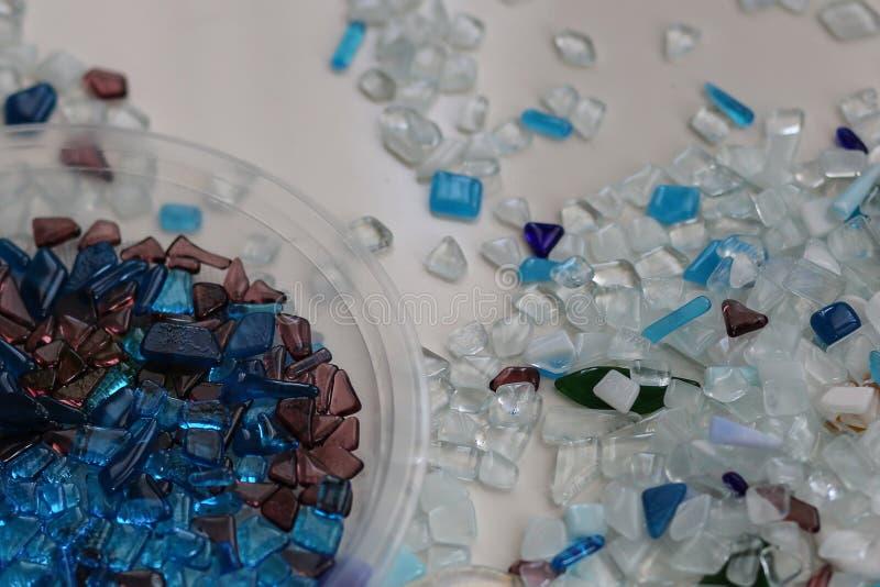 Handmade искусство с покрашенной мозаикой сини и whight и белой поверхностью стоковые фото