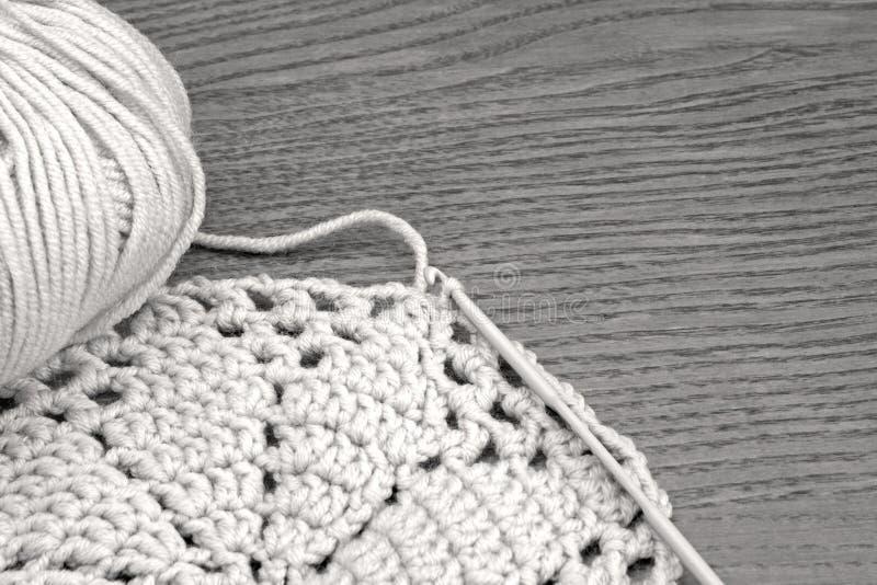 Handmade картина doily вязания крючком, вяжущ, шьющ Хлопчатобумажная пряжа для вязать и крюка Doily вязания крючком, каботажное с стоковая фотография rf