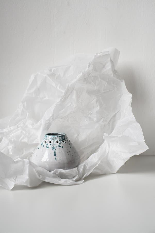Handmade керамическая ваза на согнутой белой бумаге стоковое изображение rf