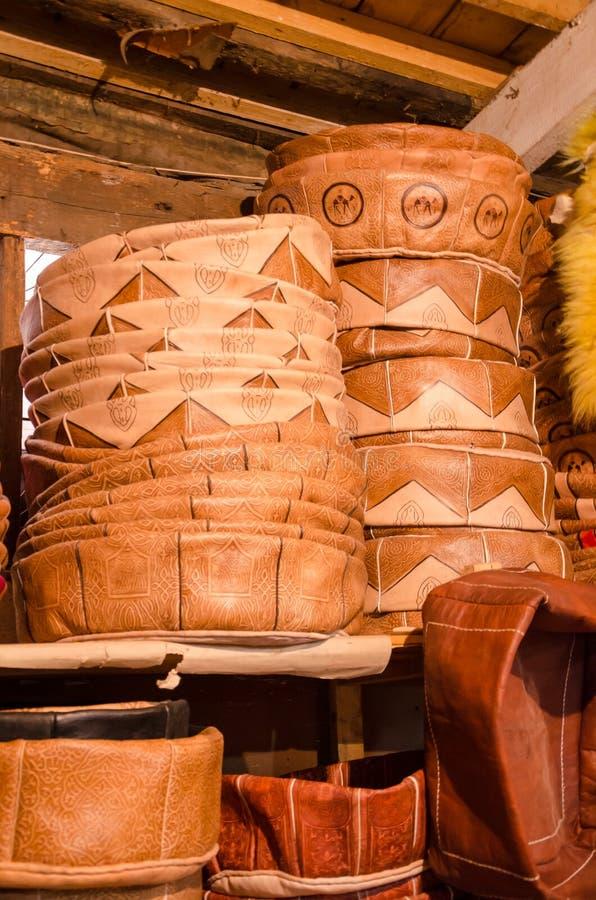 Handmade кожаные poufs штабелировали максимум в малом традиционном магазине ремесла в soukh Fez, Марокко стоковые изображения rf