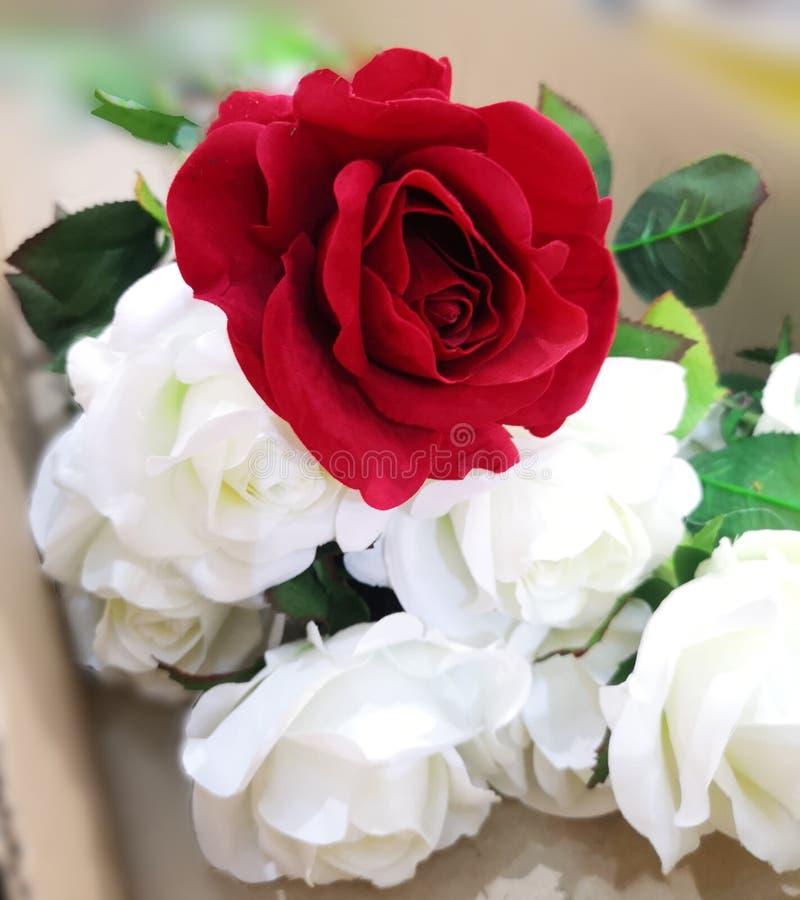 Handmade красивого букета красного цвета и белой розы искусственное стоковая фотография