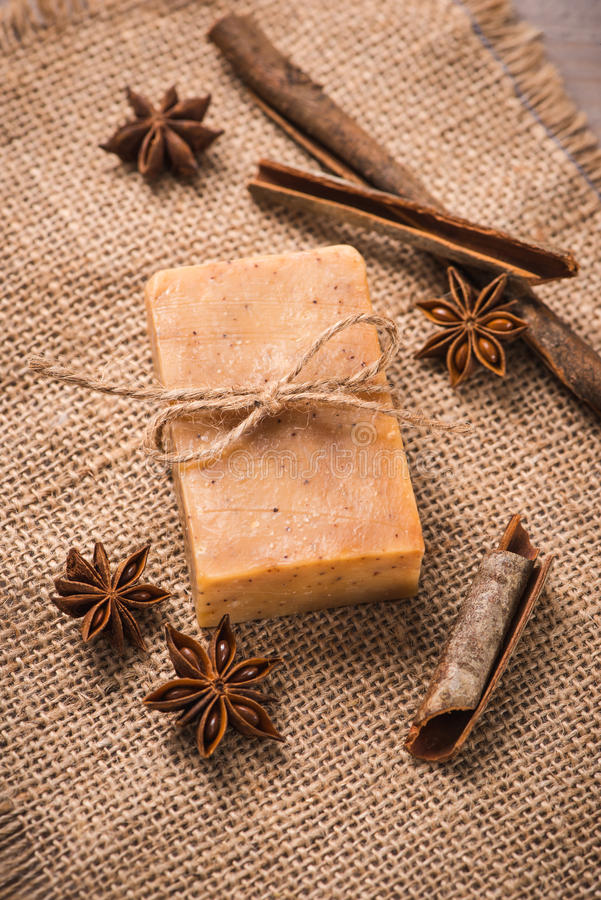 Handmade мыло с циннамоном и анисовка играют главные роли на деревянной предпосылке стоковые изображения