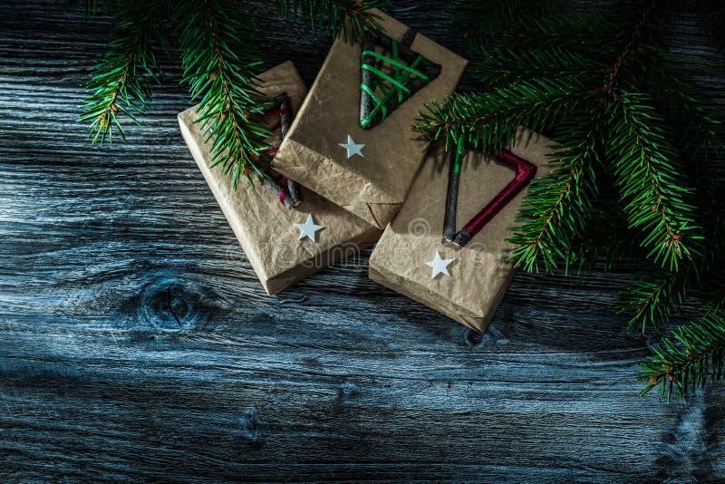 Handmade настоящий момент кладет ветвь в коробку ели на деревянной доске стоковые фотографии rf
