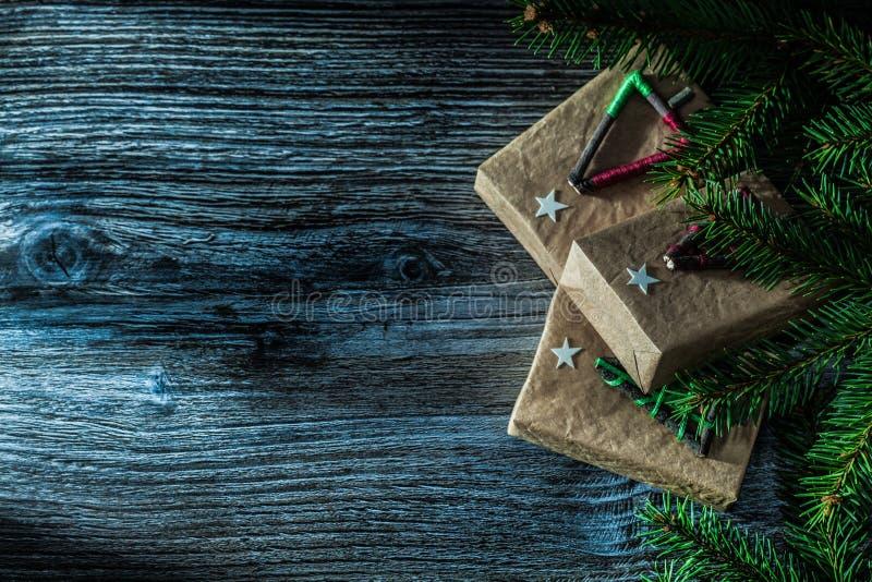 Handmade настоящий момент кладет ветвь в коробку сосны на деревянной доске стоковое изображение rf