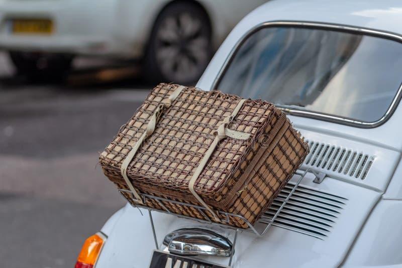 Handmade плетеная корзина пикника над белым ботинком автомобиля стоковое изображение