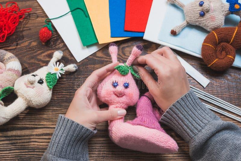 Handmade подарки Делать ручной работы игрушки crochet Связанные улитки на деревянной предпосылке стоковые изображения