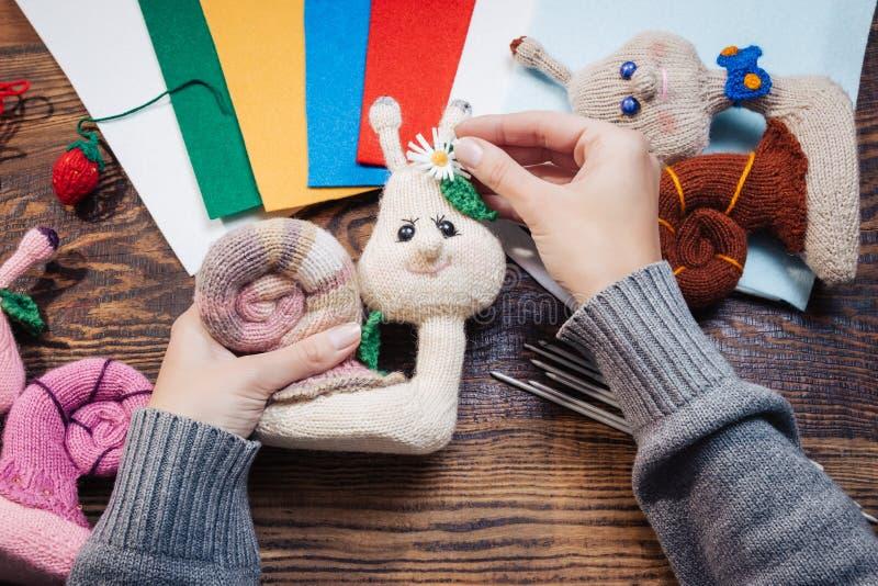 Handmade подарки Делать ручной работы игрушки crochet Связанные улитки на деревянной предпосылке стоковые фотографии rf