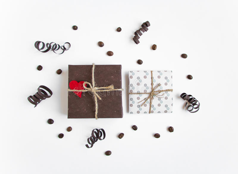 Handmade подарки на белой предпосылке украшенной с сердцем и бумагой serpentine Взгляд сверху, плоское положение стоковые фотографии rf