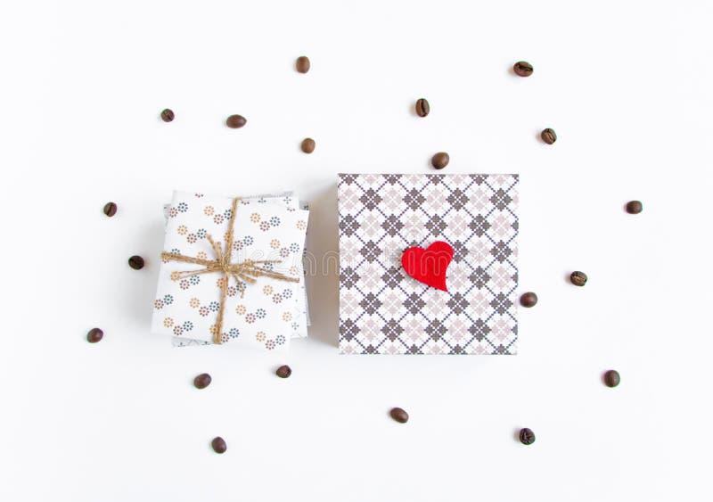 Handmade подарки на белой предпосылке украшенной с сердцем и coff стоковая фотография