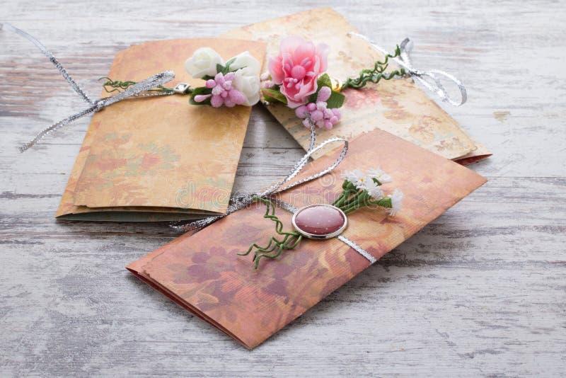 Handmade приглашения свадьбы сделанные из бумаги стоковое фото