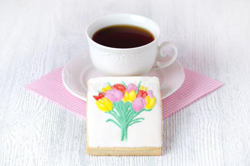 Handmade пряник с цветками и чашкой кофе стоковые фото