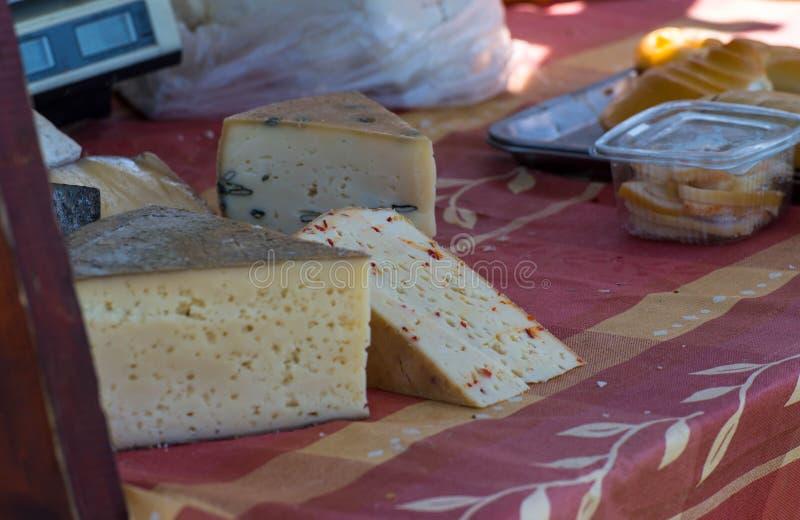 Handmade разнообразие сыров на окружной ярмарке стоковые фотографии rf