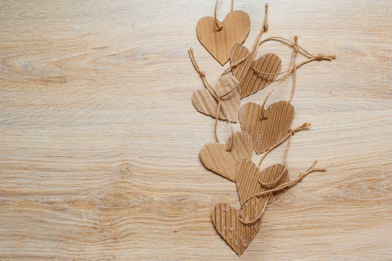 Handmade сердца бумаги Kraft на деревянной текстуре предпосылки стоковое фото rf