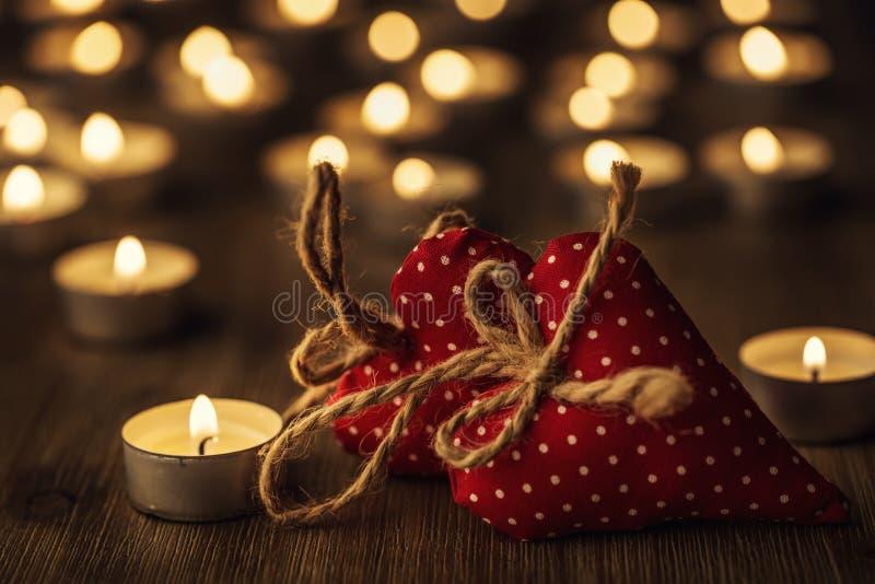 2 handmade сердца валентинки, горящие свечи, романтичная атмосфера сердца 2 доски деревянные связанный вектор Валентайн иллюстрац стоковые фото