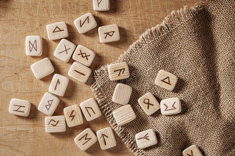 Handmade скандинавские деревянные runes на деревянной винтажной предпосылке Концепция говорить удачи и прогноз  стоковое изображение rf