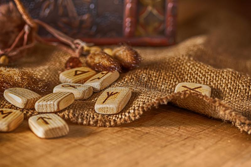 Handmade скандинавские деревянные runes на деревянной винтажной предпосылке Концепция говорить удачи и прогноз  стоковая фотография rf