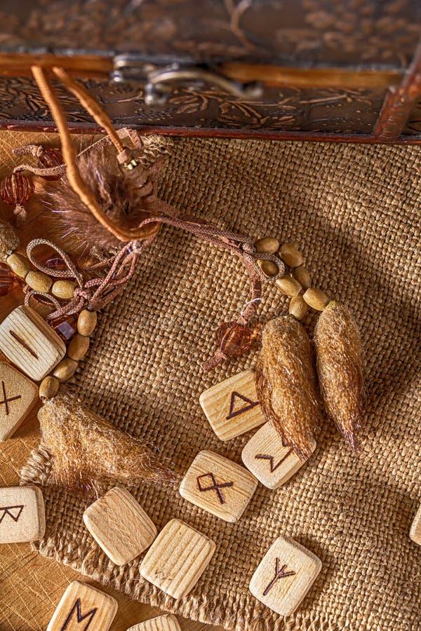 Handmade скандинавские деревянные runes на деревянной винтажной предпосылке Концепция говорить удачи и прогноз  стоковые изображения rf