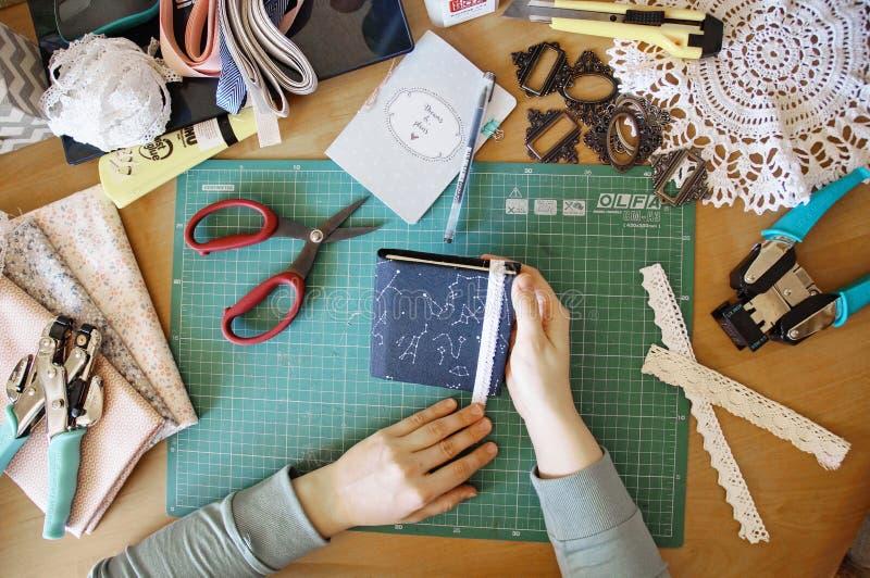 Handmade создаваться дневника от специальной scrapbooking бумаги стоковое изображение
