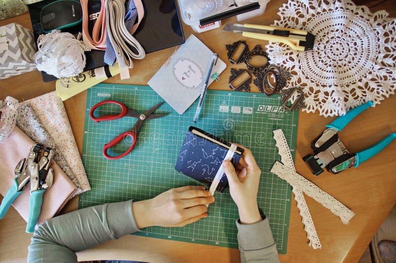 Handmade создаваться дневника от специальной scrapbooking бумаги стоковое фото