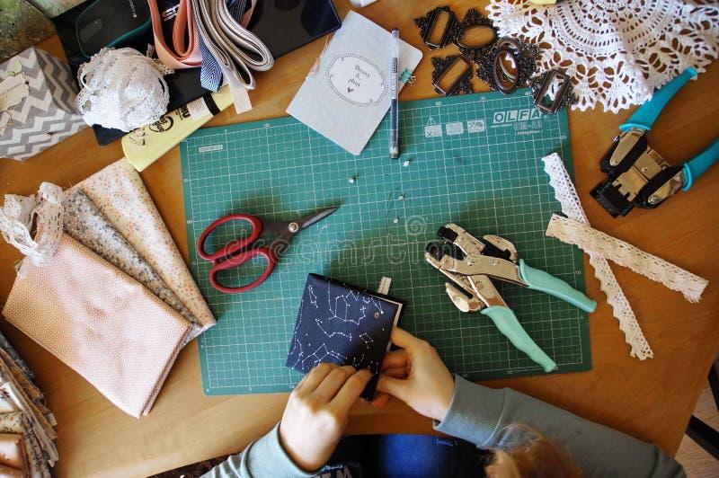 Handmade создаваться дневника от специальной scrapbooking бумаги стоковые изображения rf