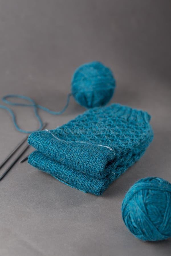 Handmade теплые связанные носки от пряжи шерстей на серой бумажной предпосылке стоковое изображение