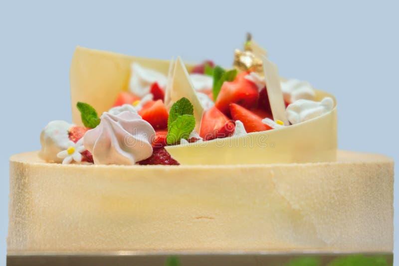 Handmade торт с клубникой, zephyr и листьями мяты стоковые фотографии rf
