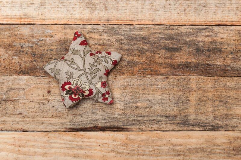 Handmade украшение, звезда и сердце рождества сделанное ткани стоковые фотографии rf