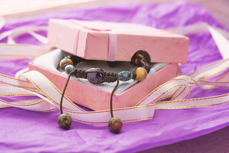 Handmade bransoletka robić kamienie w prezenta pudełku obrazy stock